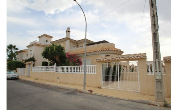 Lovely 4 bedroom villa with pool.