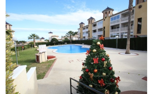 Fantastic ground floor apartment overlooking the communal pool.