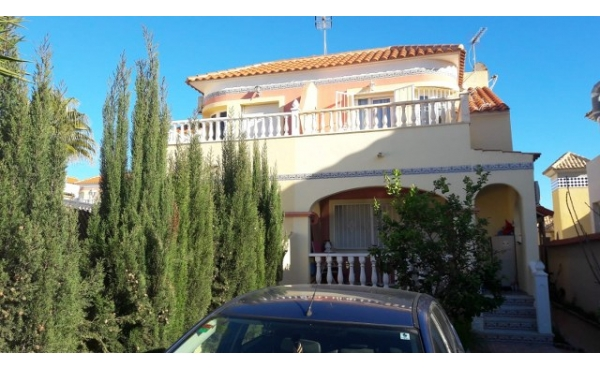 Fantastic townhouse with communal pool and off road parking.