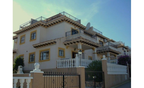 House with communal pool and private solarium in Villamartin.