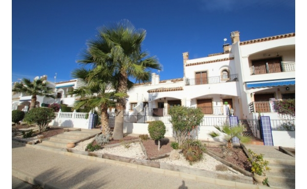 Fantastic 3 bedroom townhouse with sea views.