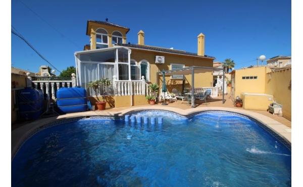Corner villa in Villamartin el Galan with private pool