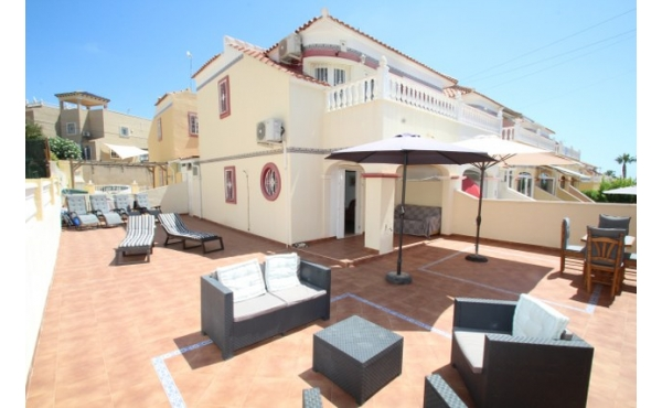 Townhouse with huge garden and communal pool.
