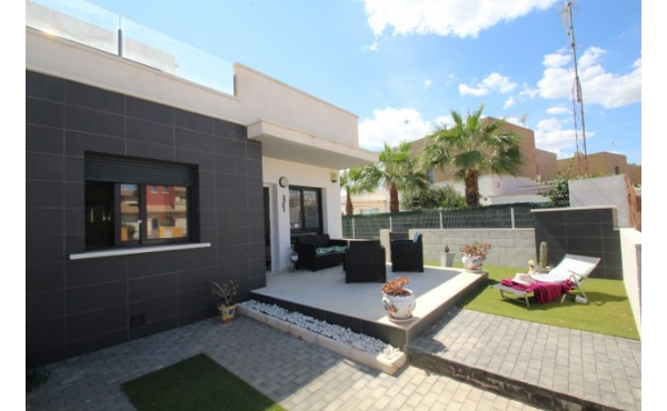 Fantastic modern bungalow all on one lever with solarium.