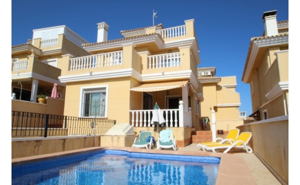 Fantastic detached villa with garage and pool.
